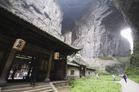 Temple building at Wulong Natural Rock Bridges, UNESCO World Heritage Site, Chongqing Municipality, China, Asia 20062046661| 写真素材・ストックフォト・画像・イラスト素材|アマナイメージズ