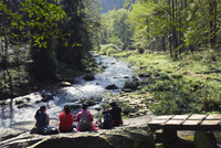 Hikers taking a break near a river, Zhangjiajie Forest Park, Wulingyuan Scenic Area, UNESCO World Heritage Site, Hunan Province, 20062046723| 写真素材・ストックフォト・画像・イラスト素材|アマナイメージズ