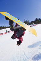 A snowboarder jumping at Telus Half Pipe competition 2009, Whistler mountain, 2010 Winter Olympics venue, British Columbia, Cana 20062046887| 写真素材・ストックフォト・画像・イラスト素材|アマナイメージズ