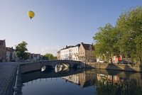 Hot air balloon floating over rooftops, houses reflected in a canal, old town, UNESCO World Heritage Site, Bruges, Flanders, Bel 20062047472| 写真素材・ストックフォト・画像・イラスト素材|アマナイメージズ