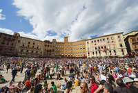 Crowds at El Palio horse race festival, Piazza del Campo, Siena, Tuscany, Italy, Europe 20062047551| 写真素材・ストックフォト・画像・イラスト素材|アマナイメージズ