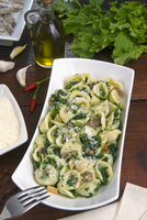 Orecchiette (little ears), a type of pasta of Apulia, with broccoli rabe and salted fish (Orecchiette con cime di rapa), Italy, 20062058985| 写真素材・ストックフォト・画像・イラスト素材|アマナイメージズ
