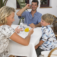 Parents and son (6-8) sitting at an outdoor cafe 20062060538| 写真素材・ストックフォト・画像・イラスト素材|アマナイメージズ