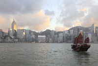Traditional Chinese junk, skyline, Victoria Harbour, Hong Kong Island, Hong Kong, China, Asia 20062064091| 写真素材・ストックフォト・画像・イラスト素材|アマナイメージズ
