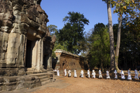 A procession of Buddhist nuns file through the temples of Angkor, UNESCO World Heritage Site, Cambodia, Indochina, Southeast Asi 20062067730| 写真素材・ストックフォト・画像・イラスト素材|アマナイメージズ