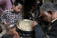Tourists watch an engraver in the great bazaar of Khan al-Khalili, Cairo, Egypt, North Africa, Africa 20062067812| 写真素材・ストックフォト・画像・イラスト素材|アマナイメージズ