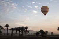 Hot air balloons carry tourists on early morning flights over the Valley of the Kings, Luxor, Egypt, North Africa, Africa 20062067843| 写真素材・ストックフォト・画像・イラスト素材|アマナイメージズ