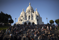 Tourists gather at the Sacre Coeur, Montmartre, Paris, France, Europe 20062068182| 写真素材・ストックフォト・画像・イラスト素材|アマナイメージズ