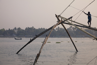 Fisherman on Chinese fishing net on the waterfront at Kochi (Cochin), Kerala, India, Asia 20062071378| 写真素材・ストックフォト・画像・イラスト素材|アマナイメージズ