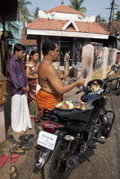 Priest blessing a new motorcycle outside a temple in Kochi (Cochin), Kerala, India, Asia 20062071379| 写真素材・ストックフォト・画像・イラスト素材|アマナイメージズ