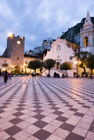 Evening in the Piazza IX Aprile, with the Torre dell Orologio and San Giuseppe church, Taormina, Sicily, Italy, Europe 20062071552| 写真素材・ストックフォト・画像・イラスト素材|アマナイメージズ
