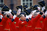 Chelsea Pensioners, dressed in their traditional uniform of bright red jacket, raising their tricorn hats and cheering during th 20062113691| 写真素材・ストックフォト・画像・イラスト素材|アマナイメージズ