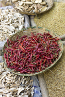 Red chillies and dried mango skins on sale at Khari Baoli spice and dried foods market, Old Delhi, India 20062116704| 写真素材・ストックフォト・画像・イラスト素材|アマナイメージズ