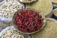 Red chillies, cardamom, coriander and dried mango skins on sale at Khari Baoli spice and dried foods market, Old Delhi, India 20062116705| 写真素材・ストックフォト・画像・イラスト素材|アマナイメージズ