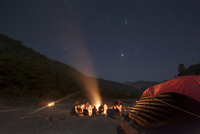 Sitting around a campfire next to the Karnali River during a rafting expedition in Nepal, Asia 20062126586| 写真素材・ストックフォト・画像・イラスト素材|アマナイメージズ