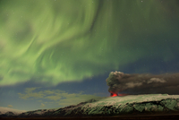 Subglacial volcanic eruption under the Eyjafjallajokull ice cap with northern lights above the ash plume at night, Iceland, Apri 20070002445| 写真素材・ストックフォト・画像・イラスト素材|アマナイメージズ