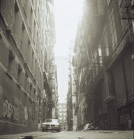 Car and rubbish in back alley, New York 20071006508| 写真素材・ストックフォト・画像・イラスト素材|アマナイメージズ