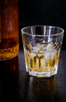 Whisky in glass with ice 20071006846| 写真素材・ストックフォト・画像・イラスト素材|アマナイメージズ