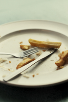 Close-up of dinner plate with cutlery and chips 20071009532| 写真素材・ストックフォト・画像・イラスト素材|アマナイメージズ