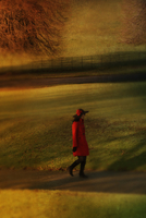 Woman in red walking in the countryside Manchester UK 20071009811| 写真素材・ストックフォト・画像・イラスト素材|アマナイメージズ