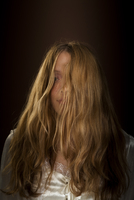 Portrait of young woman with messy hair 20071010467| 写真素材・ストックフォト・画像・イラスト素材|アマナイメージズ