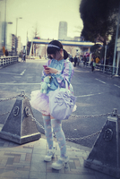 Young girl looking at mobile phone on street corner. Tokyo, Japan 20071010633| 写真素材・ストックフォト・画像・イラスト素材|アマナイメージズ