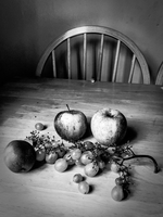 Still life of apples and grapes on a table 20071011146| 写真素材・ストックフォト・画像・イラスト素材|アマナイメージズ