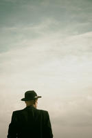 Rear view man standing wearing trilby hat and black coat 20071011367| 写真素材・ストックフォト・画像・イラスト素材|アマナイメージズ