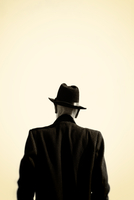 Rear view man standing wearing trilby hat and black coat 20071011368| 写真素材・ストックフォト・画像・イラスト素材|アマナイメージズ
