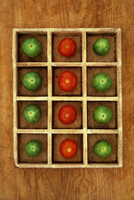 Green and red tomatoes in compartments 20071011517| 写真素材・ストックフォト・画像・イラスト素材|アマナイメージズ