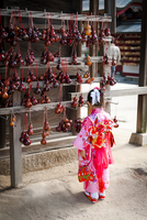 Young girl in a temple 20071011936| 写真素材・ストックフォト・画像・イラスト素材|アマナイメージズ