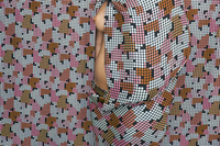 Nude woman in patterned background 20071012672| 写真素材・ストックフォト・画像・イラスト素材|アマナイメージズ