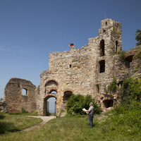 Man with map in front of the Burg Staufen castle ruins 20080001437| 写真素材・ストックフォト・画像・イラスト素材|アマナイメージズ