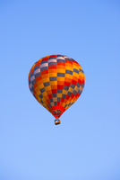 Colourful hot-air balloon in the blue sky, Saxony, Germany 20080001632| 写真素材・ストックフォト・画像・イラスト素材|アマナイメージズ