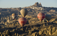 Hot air balloons in front of the Castle of Uchisar 20080003025| 写真素材・ストックフォト・画像・イラスト素材|アマナイメージズ