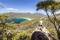 Freycinet National Park, Tasmania, Australia. Tourist looking at Wineglass bay from the top of the hill (MR) 20088000314| 写真素材・ストックフォト・画像・イラスト素材|アマナイメージズ