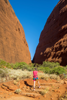 Uluru-Kata Tjuta National Park, Northern Territory, Central Australia, Australia. Tourist walking in the Walpa Gorge trail in Ka 20088011940| 写真素材・ストックフォト・画像・イラスト素材|アマナイメージズ