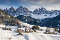 Scenic winter view of Santa Maddalena or St Magdalena mountain village with the Puez-Geisler Dolomites in the background, Villno 20088017499| 写真素材・ストックフォト・画像・イラスト素材|アマナイメージズ