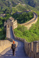 China, Hebei province, woman along walking on the Great wall of Mutianyu at sunset; MR 20088017528| 写真素材・ストックフォト・画像・イラスト素材|アマナイメージズ