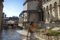 Croatia, Split, Central Europe. Young woman walking near the Cathedral and Diocletian palace. MR. UNESCO 20088020841| 写真素材・ストックフォト・画像・イラスト素材|アマナイメージズ