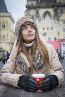 Young woman drinking gluhwein at the Christmas Market, Old Town Square, Prague, Czech Republic (MR) 20088021693| 写真素材・ストックフォト・画像・イラスト素材|アマナイメージズ