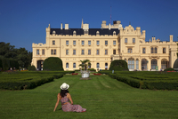 Czech Republic, South Moravia, Lednice, Tourist in front of the Lednice Castle. UNESCO. MR 20088021856| 写真素材・ストックフォト・画像・イラスト素材|アマナイメージズ