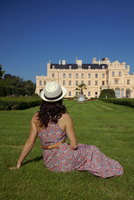 Czech Republic, South Moravia, Lednice, Tourist in front of the Lednice Castle. UNESCO. MR 20088021857| 写真素材・ストックフォト・画像・イラスト素材|アマナイメージズ