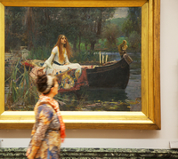 United Kingdom. London. Woman passing in front of the famed painting The Lady of Shalott by Waterhouse at the Tate Britain. 20088025572| 写真素材・ストックフォト・画像・イラスト素材|アマナイメージズ