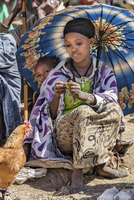 Ethiopia, Amhara Region, Lalibela.  A woman with a child selling chickens at the weekly market in Lalibela. 20088028602| 写真素材・ストックフォト・画像・イラスト素材|アマナイメージズ