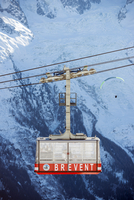 Europe, France, French Alps, Haute-Savoie, Chamonix, paragliding and Brevant cable car above Chamonix 20088031127| 写真素材・ストックフォト・画像・イラスト素材|アマナイメージズ
