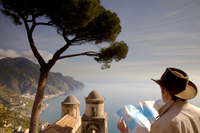 Italy, Campagnia, Amalfi Coast, Ravello. Tourist consulting a map overlooking the views from Villa Rufolo. MR 20088042606| 写真素材・ストックフォト・画像・イラスト素材|アマナイメージズ