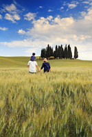 Italy, Tuscany, Siena district, Orcia Valley, Family takes a walk in the countryside near San Quirico d'Orcia. (MR) 20088044825| 写真素材・ストックフォト・画像・イラスト素材|アマナイメージズ