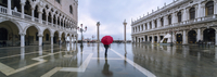 Italy, Veneto, Venice. Woman with red umbrella in front of Doges palace with acqua alta (MR) 20088046241| 写真素材・ストックフォト・画像・イラスト素材|アマナイメージズ