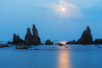 Asia, Japan, Honshu, Wakayama prefecture, Hashikuiiwa, full moon rising over rock stacks 20088049524| 写真素材・ストックフォト・画像・イラスト素材|アマナイメージズ